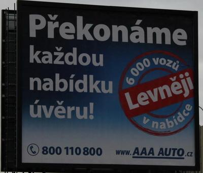 Pozor napredátory vautobazarech - mega poplatek zaposkytnutí úvěru. Nasnímku bilboard společnosti AAA auto.