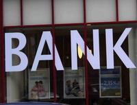 Část klientů mezi bankami migruje. Nasnímku výloha banky.