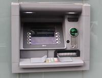 S penězi nemusíte napřepážku, stačí Vám vkladomat. Nasnímku bankomat.