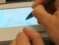 Rychlejší schvalování žádostí oúvěry díky biometrickému podpisu. Nasnímku biometrický podpis.