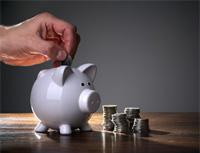 Kombinované produkty – spojení vkladu a investice do podílových fondů. Na snímku kasička s penězi.
