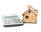 Nové nabídky bank v oblasti hypoték. Na snímku domeček a kalkulačka.