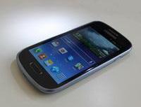 Raiffeisenbank nabízí kúčtu eKonto KOMPLET chytrý telefon zdarma. Nasnímku chytrý telefon Samsung.