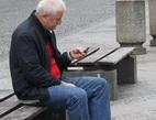 Jak si vedly fondy penzijních společností minulý rok? Na snímku důchodce na lavičce.