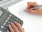 Refinancování hypotečních úvěrů. Na snímku kalkulačka a nakreslený domek.