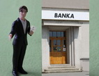 Počty klientů nových bank rychle rostou. Na snímku banka s klientem.