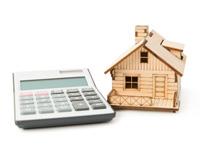 Nejlepší nabídky úrokových sazeb hypoték. Na snímku kalkulačka a domek.