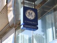 Jakou cenovou politiku uplatňují banky u kreditních karet při výběrech z bankomatů. Na snímku bankomat GE Money Bank.