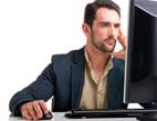 Jaká je nabídka online sjednání produktů bankovních společností pro nové klienty? Na snímku muž u počítače.