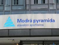 Modrá pyramida přichází snovým tarifem stavebního spoření. Nasnímku logo Modré pyramidy.