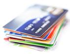 Využívání platební karty v obchodech je stále oblíbenější. 17 % lidí platí pouze bezhotovostně