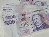 Vyplatí se převést peníze ze spořicího účtu na termínovaný vklad? Na snímku tisícikorunové bankovky.