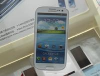Banky a pojišťovny se dnes předhánějí v inovacích - Na snímku - chytrý mobilní telefon