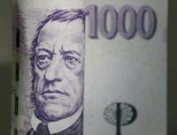 Jaké poplatky zaplatíte připředčasném splacení úvěru nebo naopak přijeho nesplácení? Nasnímku je tisícikorunová bankovka.