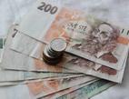Lidé jsou připraveni zamlčet neuhrazený dluh při žádosti o další půjčku. Na snímku dvoustovky a mince.