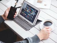 Obrázek: Tablet, mobil a káva