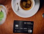 Ilustrační obrázek: Karta Banky Creditas s kávou