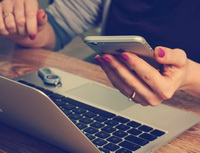 Obrázek: Notebook a mobil