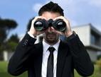 Obrázek: Muž s dalekohledem