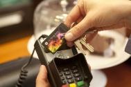 GE Money Bank - Půl roku praxe bezkontaktních plateb. Na snímku: Přiložení bezkontaktní nálepky k platebnímu terminálu