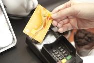 GE Money Bank - Půr roku praxe bezkontaktních plateb. Na snímku: Přiložení bezkontaktní platební karty k terminálu